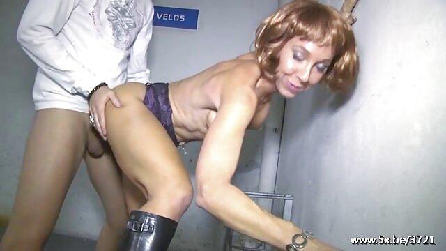 XXX没有注册  一个邻居抓住了赤身裸体在浴缸 性感的奶奶做爱